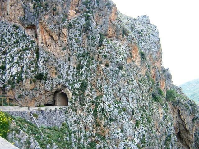 Ущелье Тополия. Тоннель в скале
